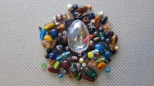Matériel pour un maracas: un œuf en plastique, des perles