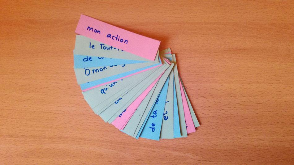 Toutes les bandelettes de papier avec les mots de la prière sont mélangées