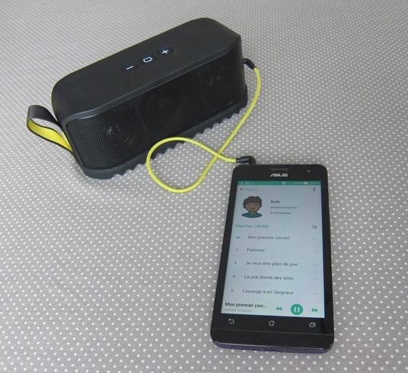 Smartphone branché à une enceinte portable