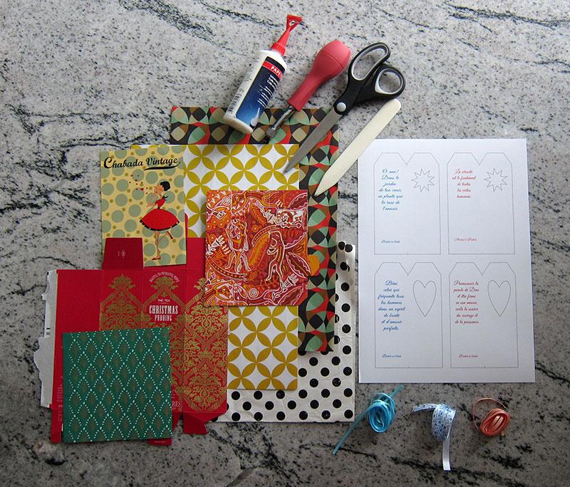 Matériel nécessaire pour la réalisation des marque-pages: chablon imprimé, papier coloré, ruban, colle, ciseaux, perforatrice, pointe sèche